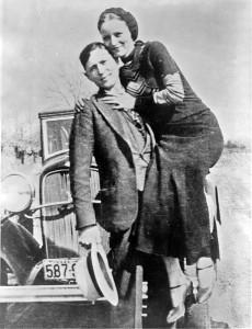 Ein Bild, das um die Welt ging: Bonnie und Clyde vor ihrem legendären Ford, von 167 Kugeln am Black Lake durchlöchert