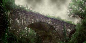 Die Furcht, die unter dunklen Eisenbahnbrücken haust